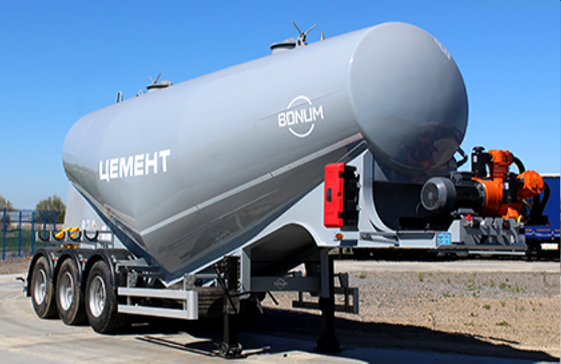 Tank semi-trailer for dry loose cargo transportation